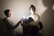 Studio improvisé, Ilham à la lumière et pose de Myriam