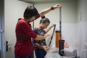 Lucie Moraillon et Ilham découvrent les films développé en sortie de cuve