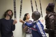 Decouverte des négatifs après le développement avec de gauche à droite Ilham, Madiba et Aminata accompagnés par Antoine Boureau