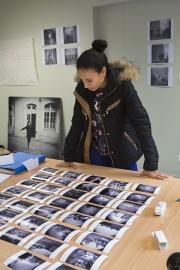 Ilham en séance de lecture d'image devant des tirages de lecture imprimés en 10x15