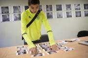 Bilel en séance de lecture d'image devant des tirages de lecture imprimés en 10x15